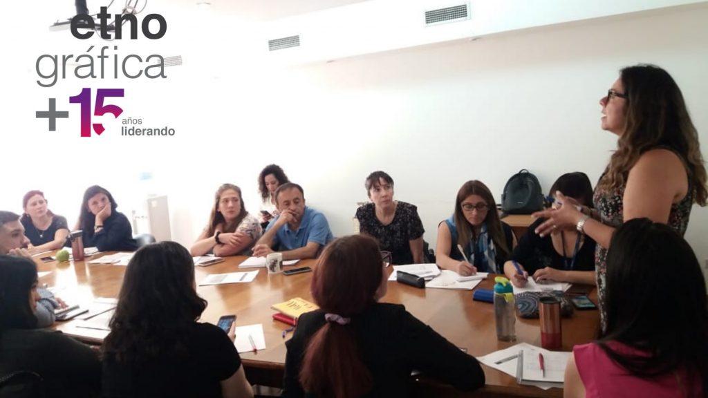 Funcionarios/as prestan atención a clase dictada por Carola Naranjo